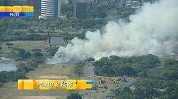 Fogo atinge vegetação perto da Orla do Guaíba, em Porto Alegre