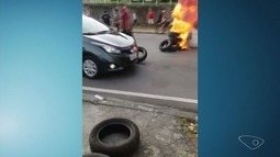 Protesto de moradores interdita trecho da avenida Serafim Derenzi, em Vitória