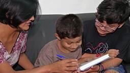 Mães de Itaquaquecetuba lutam para que filhos autistas tenham professores auxiliares