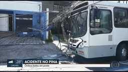 Ônibus bate em poste e passageira sofre ferimentos leves no Recife