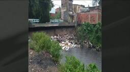 Na Rua: Morador mostra lixo acumulado em rio de Mesquita (RJ)