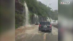 Chuva forte provoca alagamento na avenida Niemeyer