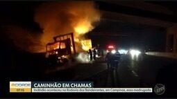 Carreta pega fogo na Rodovia dos Bandeirantes, em Campinas