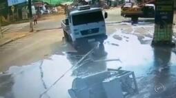 Câmeras gravam momento em que caminhão desgovernado atropela frentista