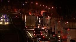 Caminhoneiros fazem protesto em rodovia de Cabreúva