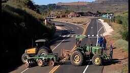 Paralisação continua e caminhoneiros fecham rodovias em Araxá