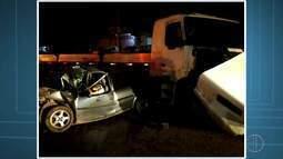 Acidente entre carro e carreta deixa dois mortos e um ferido em Araruama, no RJ