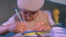 Menino usa criatividade e desenha o próprio álbum da Copa do Mundo