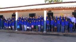 Jovens de assentamento em Barreiras ganham agasalho feito com algodão produzido na região