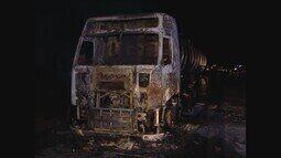 Carreta carregada com óleo vegetal pega fogo na BR-050 no Triângulo Mineiro