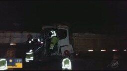 Motorista fica ferido em acidente entre duas carretas em Campanha, MG