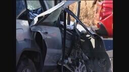 Carros batem de frente na BR-452 em Santa Juliana; duas pessoas morrem no local