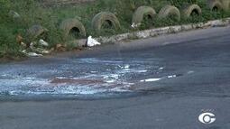 Vazamento de água limpa no asfalto chama atenção no bairro do Dique Estrada