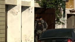 Casal é preso por suspeitas de tráfico de drogas e porte ilegal de armas, em Maceió