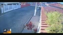 Flagrante mostra moradora sendo roubada em Itajubá (MG)