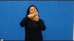 Dione Aguiar ensina alguns sinais de libras