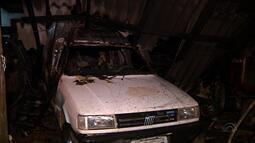 Incêndio destrói carros na noite deste domingo (14)