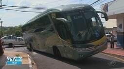 Ônibus afunda em buraco ao passar por rua de Ribeirão Preto, SP