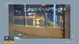 Chuva forte alaga ruas e casas em Matão e Leme