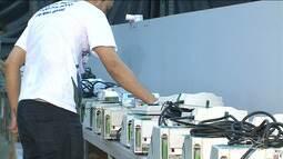 Urnas eletrônicas que serão utilizadas no segundo turno são preparadas em São Luís