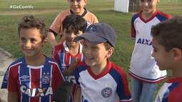 Equipe do Bahia recebe a visita de torcedores mirins durante treino no Fazendão