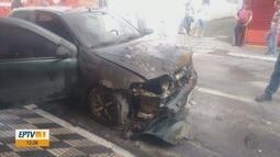 Carro estacionado pega fogo no Centro de Pouso Alegre (MG)