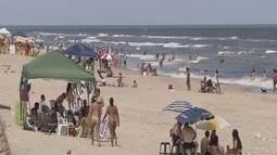 Praias de Itanhaém, SP, ficam lotadas durante o feriado