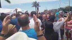 Jair Bolsonaro cumprimenta eleitores no calçadão da Barra