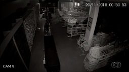 Homem é gravado invadindo farmácia pelo teto em Goiás