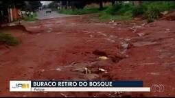 Moradores reclamam de buracos no Setor Retiro do Bosque, em Goiânia