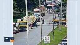 'Superguincho' do DER destomba caminhão de algodão na EPNB, em Brasília