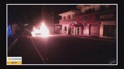 Grupo armado explode banco e ateia fogo em carro no Centro de Ilicínea, MG