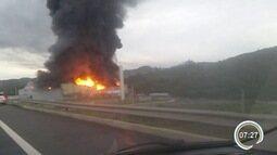 Bombeiros combatem incêndio em galpão às margens da Fernão Dias em Atibaia