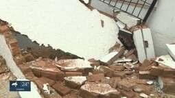 Carro derruba muro após furar o sinal vermelho e colidir com outro veículo, em Campinas