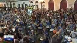 Grupo percussivo Paranambuca anima foliões no Bairro do Recife