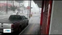 Chuva forte causa estragos em Goiânia