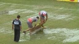 Funcionários do Hercílio Luz retiram água do gramado com uma porta