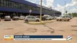 Estacionamento da rodoviária de Cuiabá está tomado pelos buracos