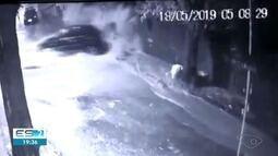 Carro é arrastado por enxurrada, em Vitória