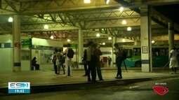 Com ruas alagadas, passageiros ficam presos em ônibus por horas