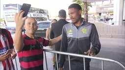Torcedores estão na porta do hotel do Flamengo em Brasília na expectativa de encontrar jogadores