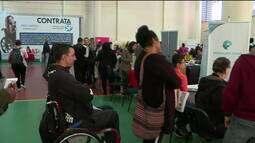 Pessoas com deficiência buscam emprego em feirão em São Paulo