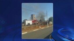 Veículos abandonados pegam fogo e incêndio mobiliza bombeiros em Itapetininga