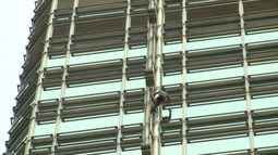 Homem-Aranha escala prédio em Hong Kong para pedir paz