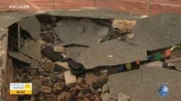 Moradores da Ribeira reclamam de cratera aberta na orla há um mês