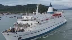 Navio com a maior livraria flutuante do mundo recebe centenas de visitantes em Santos