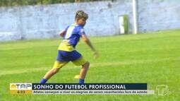 Conheça as histórias de dois garotos que lutam para se tornarem jogadores de futebol