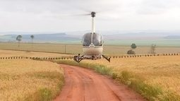 Produtor usa helicópteros para pulverizar plantações