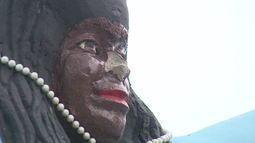 Mulher destrói parte de estátua de Iemanjá a marretadas
