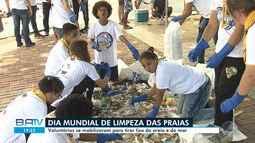Voluntários fazem mutirão de limpeza na praia do Farol da Barra